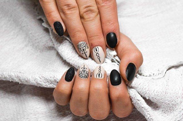 černo-béžové nehty