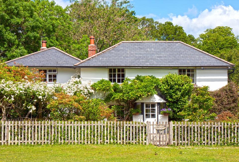 domy s dřevěným plotem