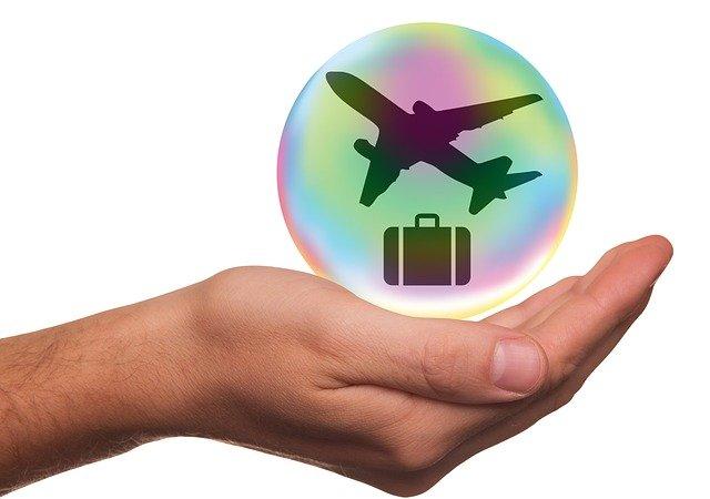 letadlo a kufr v bublině