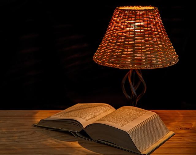 kniha pod lampičkou