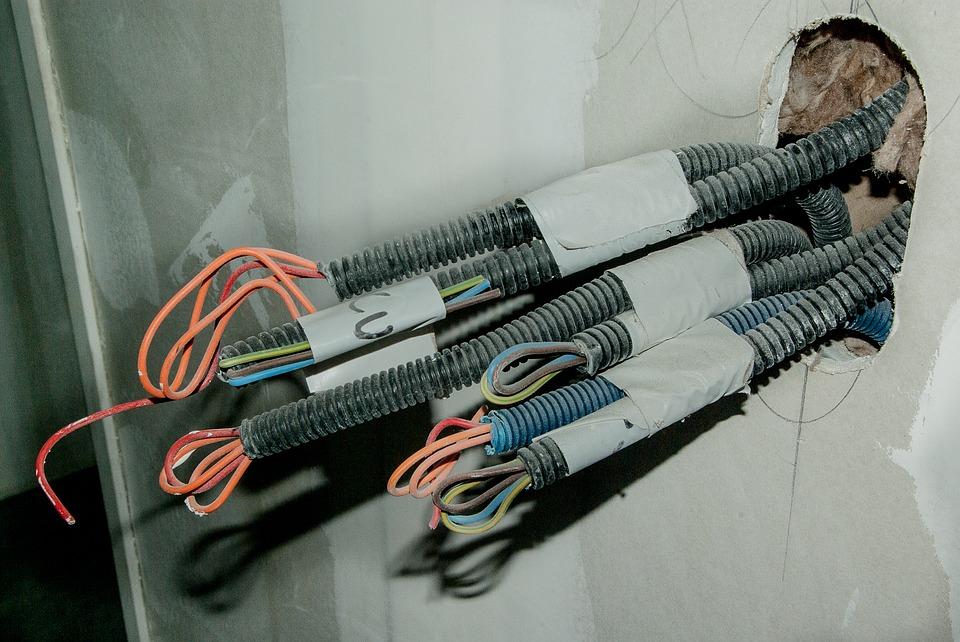 kabely trčící ze zdi