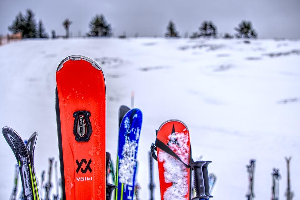 lyže ve sněhu